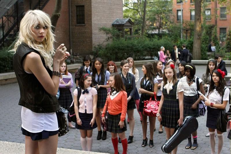 Jenny Humphrey (Taylor Momsen) davanti alle studentesse della Constance Billard nell'episodio Dan de Fleurette della stagione 3 di Gossip Girl