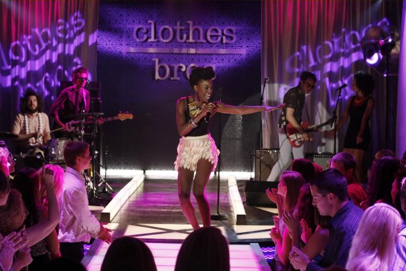 La cantanta Noisettes alla sfilata organizzata dalla Clothes over Bros nell'episodio Believe Me, I'm Lying di One Tree Hill