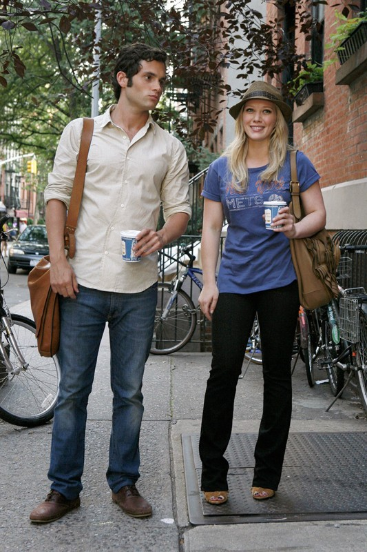 Penn Badgley e Hilary Duff con caffè in una sequenza dell'episodio Dan de Fleurette della stagione 3 di Gossip Girl