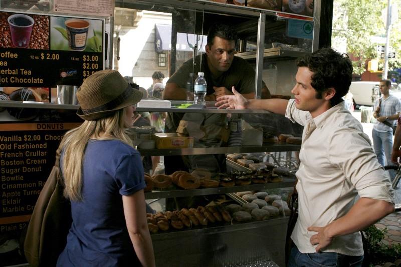 Una misteriosa 'Kate' offre il caffè a Dan Humphrey (Penn Badgley) nell'episodio Dan de Fleurette della stagione 3 di Gossip Girl
