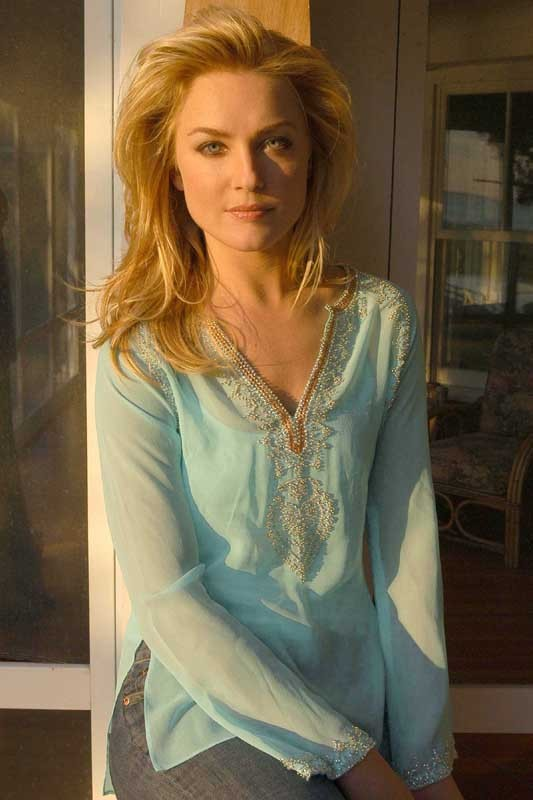 Elisabeth Röhm in un photoshoot per Hampton Style Magazine, nel 2004