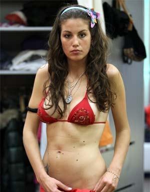 Francesca in bikini rosso nella casa del GF9