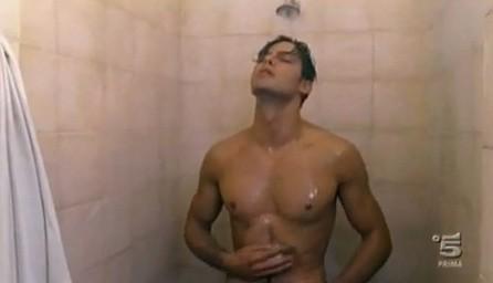 Gabriel Garko sotto la doccia in una sequenza de L'onore e il rispetto 2