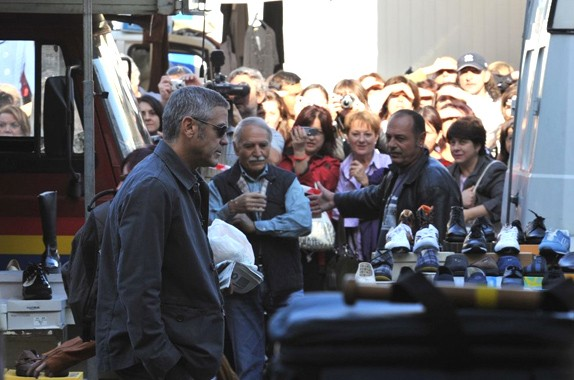 George Clooney sul set di A Very Private Gentleman gira tra le bancarelle di Sulmona