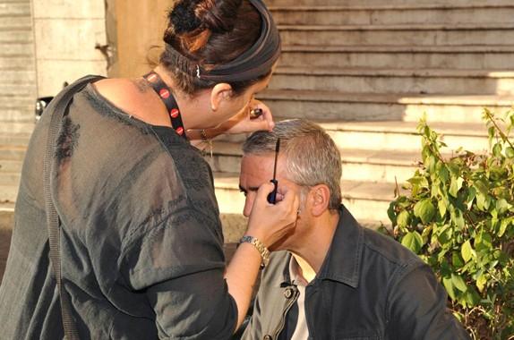 Qualche ritocco al colore dei capelli per George Clooney sul set italiano di A Very Private Gentleman