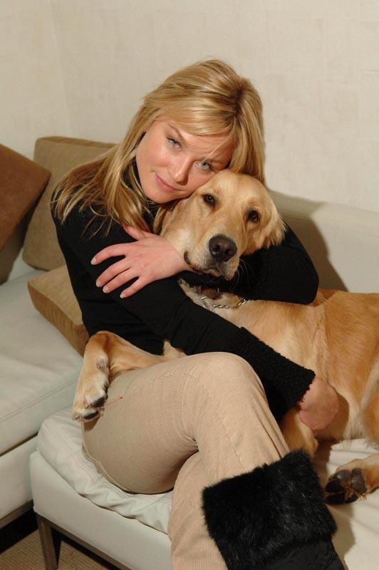Una foto promo di Elisabeth Röhm con cagnolino