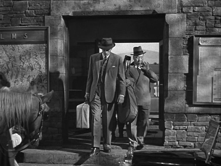 Alfred Hitchcock e Gregory Peck in una scena del film Il caso Paradine ( 1947 )