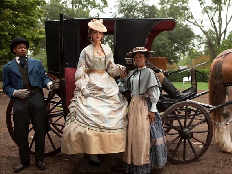 Katherine (Nina Dobrev) e i suoi servitori nel flashback dell'episodio Lost Girls di The Vampire Diaries