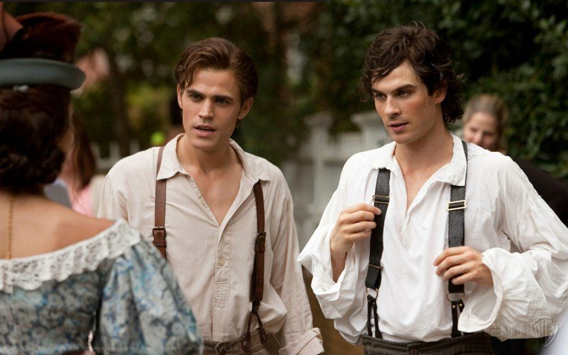 Stefan (Paul Wesley) e Damon (Ian Somerhalder) in una scena del passato nell'episodio Lost Girls di The Vampire Diaries