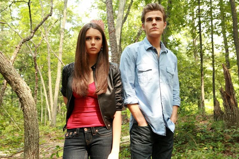 Stefan (Paul Wesley) ed Elena (Nina Dobrev) in un bosco nell'episodio Lost Girls di The Vampire Diaries