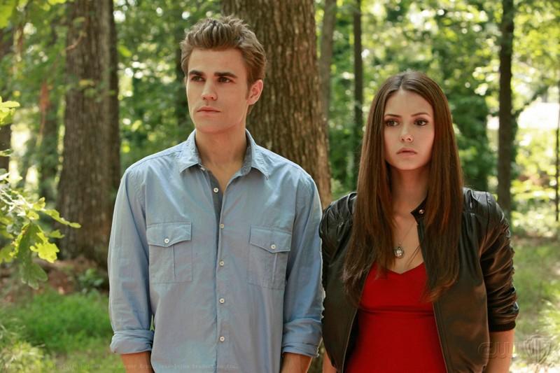 Stefan (Paul Wesley) ed Elena (Nina Dobrev) nel bosco in una scena dell'episodio Lost Girls di The Vampire Diaries