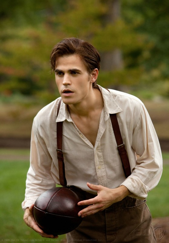 Stefan (Paul Wesley) in una scena del passato nell'episodio Lost Girls di The Vampire Diaries
