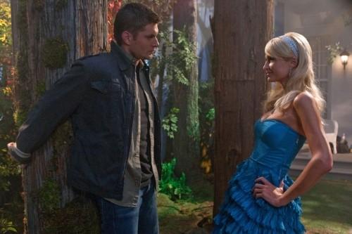 Supernatural, quinta stagione: Paris Hilton con Jensen Ackles nell'episodio 'Fallen Angel'.