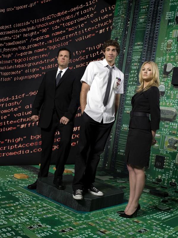 Adam Baldwin, Zachary Levi e Yvonne Strahovski in una foto promozionale per la prima stagione di Chuck