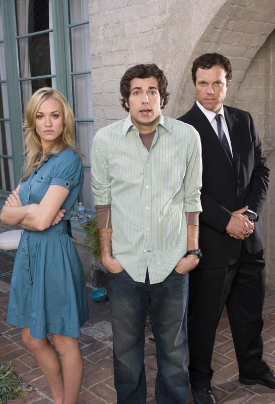 Il povero Chuck (Zachary Levi) tra i due agenti Sarah (Yvonne Strahovski) e John (Adam Baldwin) per la serie tv Chuck