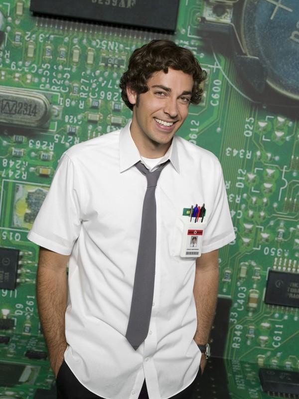 Un sorridente Zachary Levi in una foto promo della prima stagione di Chuck