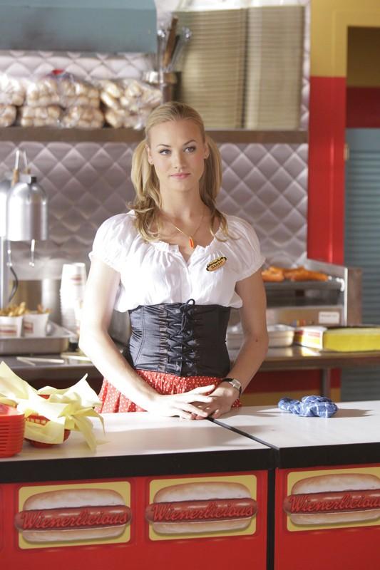 Yvonne Strahovski dietro al bancone in una scena dell'episodio Chuck vs. L'elicottero di Chuck