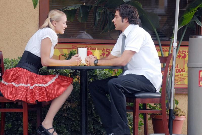 Yvonne Strahovski e Zachary Levi parlano in una scena dell'episodio Chuck vs. La verità di Chuck