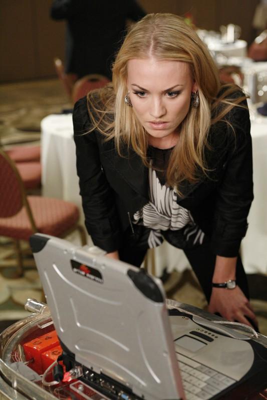 Yvonne Strahovski in una sequenza del Pilot della serie tv Chuck