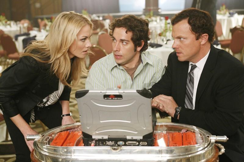 Yvonne Strahovski, Zachary Levi e Adam Baldwin cercano di disinnescare una bomba nell'episodio Pilota di Chuck