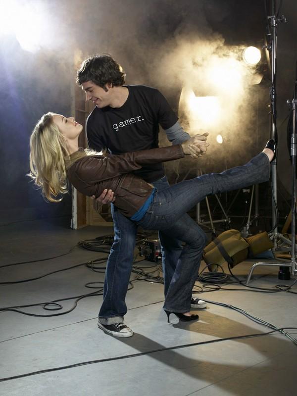 Zachary Levi e Yvonne Strahovski danzano in una foto per la serie televisiva Chuck
