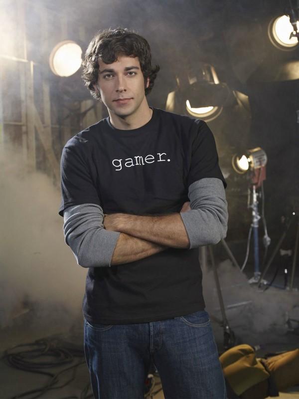 Zachary Levi posa per un'immagine promo per la serie televisiva Chuck