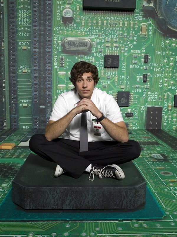 Zachary Levi posa per un'immagine promozionale della stagione 1 di Chuck