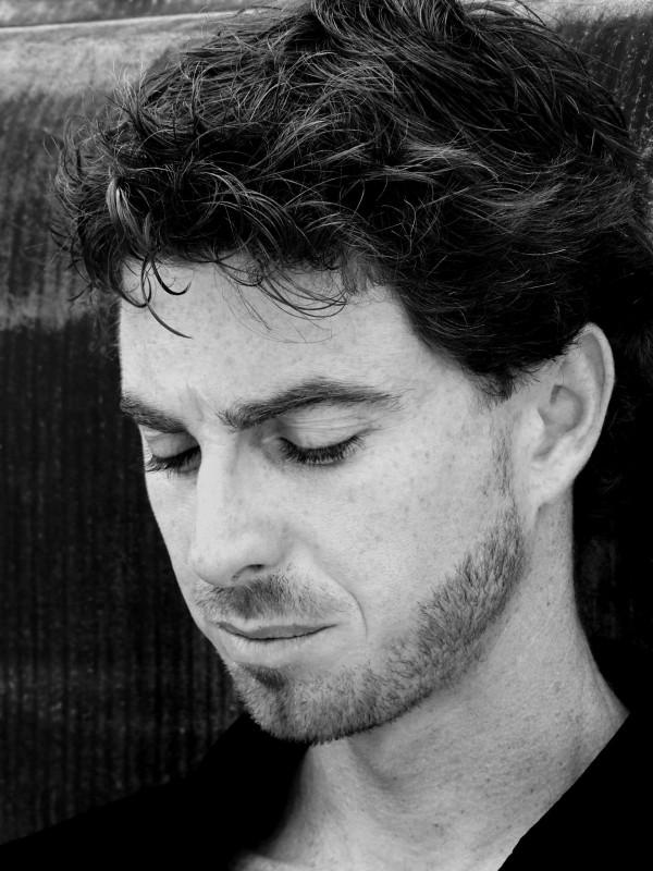 Un ritratto in bianco e nero di Adriano Braidotti firmato da Roberto Baldassarre
