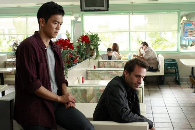 Joseph Fiennes e John Cho in una scena dell'episodio Black Swan di FlashForward