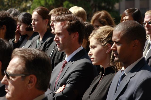 Sonya Walger e Joseph Fiennes in una scena dell'episodio 137 Sekunden di FlashForward