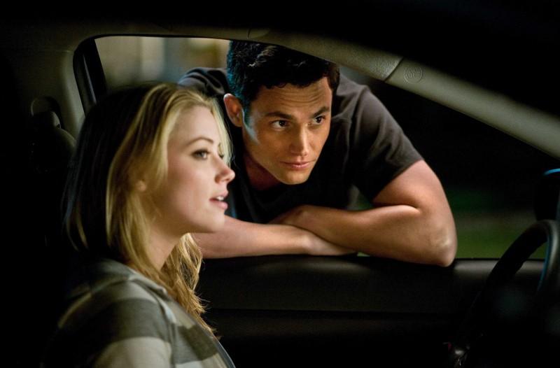 Amber Heard e Penn Badgley in un'immagine del film The Stepfather