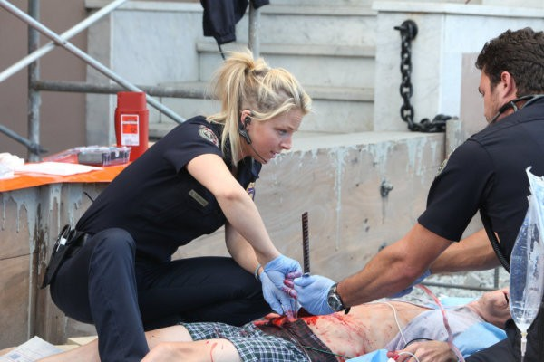 Anastasia Griffith e Taylor Kinney in una scena dell'episodio Stuck di Trauma