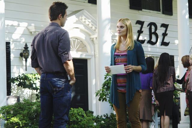 Andrew St. John e Spencer Grammer in una scena dell'episodio Down on Your Luck della serie Greek