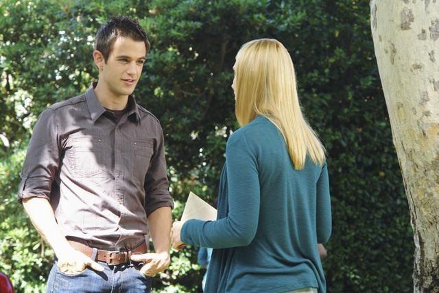 Andrew St. John e Spencer Grammer nell'episodio Down on Your Luck della serie Greek