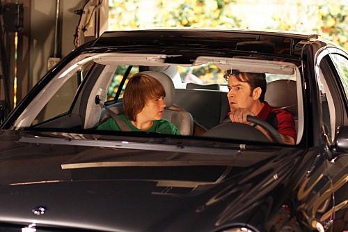 Angus T. Jone e Charlie Sheen in una scena dell'episodio Mmm, Fish. Yum. di Due uomini e mezzo