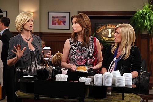 Ashley Jensen, Lennon Parham e Jenna Elfman in una scena dell'episodio One Night Stand di Accidentally on Purpose