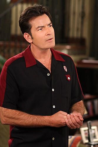 Charlie Sheen in una scena dell'episodio Mmm, Fish. Yum. di Due uomini e mezzo