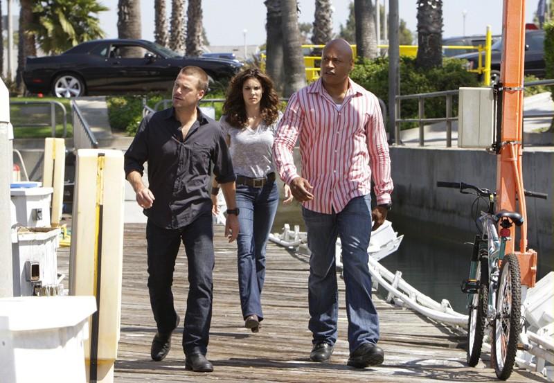 Chris O'Donnell, Daniela Ruah e LL Cool J durante un'indagine nell'episodio Predator di NCIS: Los Angeles