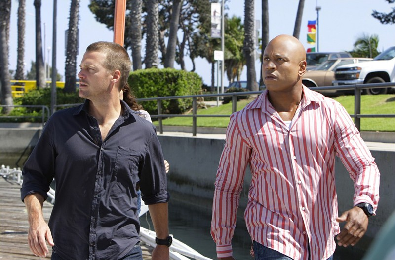 Chris O'Donnell e LL Cool J durante un'indagine nell'episodio Predator di NCIS: Los Angeles