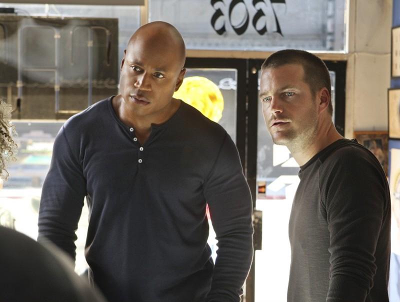 Chris O'Donnell e LL Cool J durante un'indagine nell'episodio Search and Destroy di NCIS: Los Angeles
