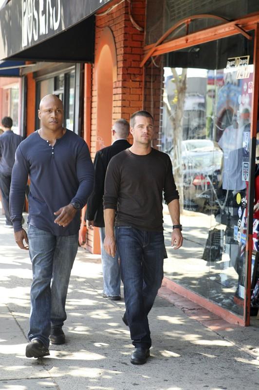 Chris O'Donnell e LL Cool J in una scena all'aperto nell'episodio Search and Destroy di NCIS: Los Angeles