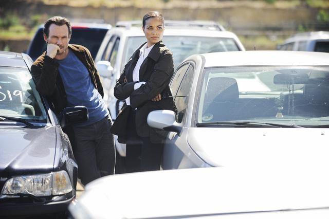 Christian Slater e Rochelle Aytes in una scena dell'episodio Railroad Jane della serie The Forgotten