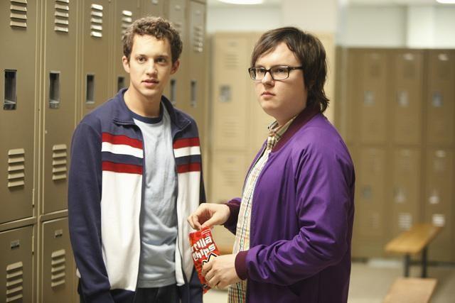 Clark Duke e Jacob Zachar in una scena dell'episodio Fight The Power della serie Greek