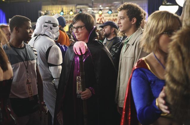 Clark Duke in una scena dell'episodio The Dork Knight della serie Greek