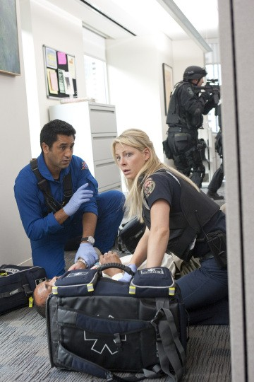 Cliff Curtis ed Anastasia Griffith nell'episodio Bad Day at Work della serie Trauma