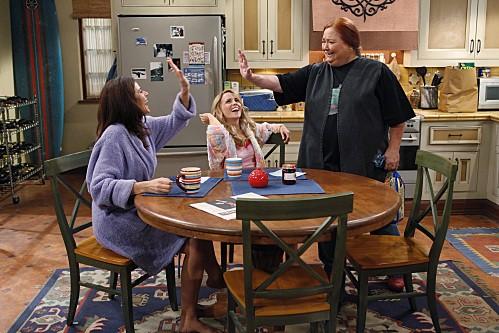 Conchata Ferrell, Jennifer Bini Taylor e Kelly Stables nell'episodio Whipped Unto the Third Generation della serie Due uomini e mezzo