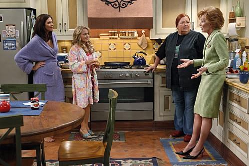 Conchata Ferrell, Jennifer Bini Taylor, Kelly Stables ed Holland Taylor nell'episodio Whipped Unto the Third Generation della serie Due uomini e mezzo