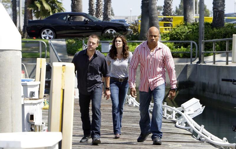 Gli agenti 'G' (Chris O'Donnell), Kensi (Daniela Ruah) e Sam (LL Cool J) durante un'indagine nell'episodio Predator di NCIS: Los Angeles