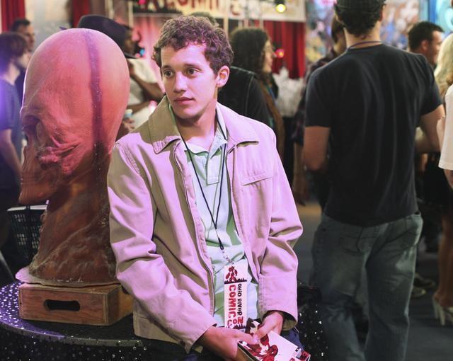 Jacob Zachar in una scena dell'episodio The Dork Knight della serie Greek