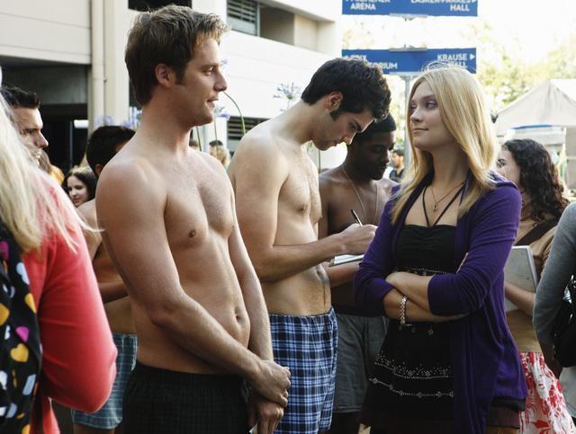 Jake McDorman e Spencer Grammer in una scena dell'episodio The Half-Naked Gun della serie Greek
